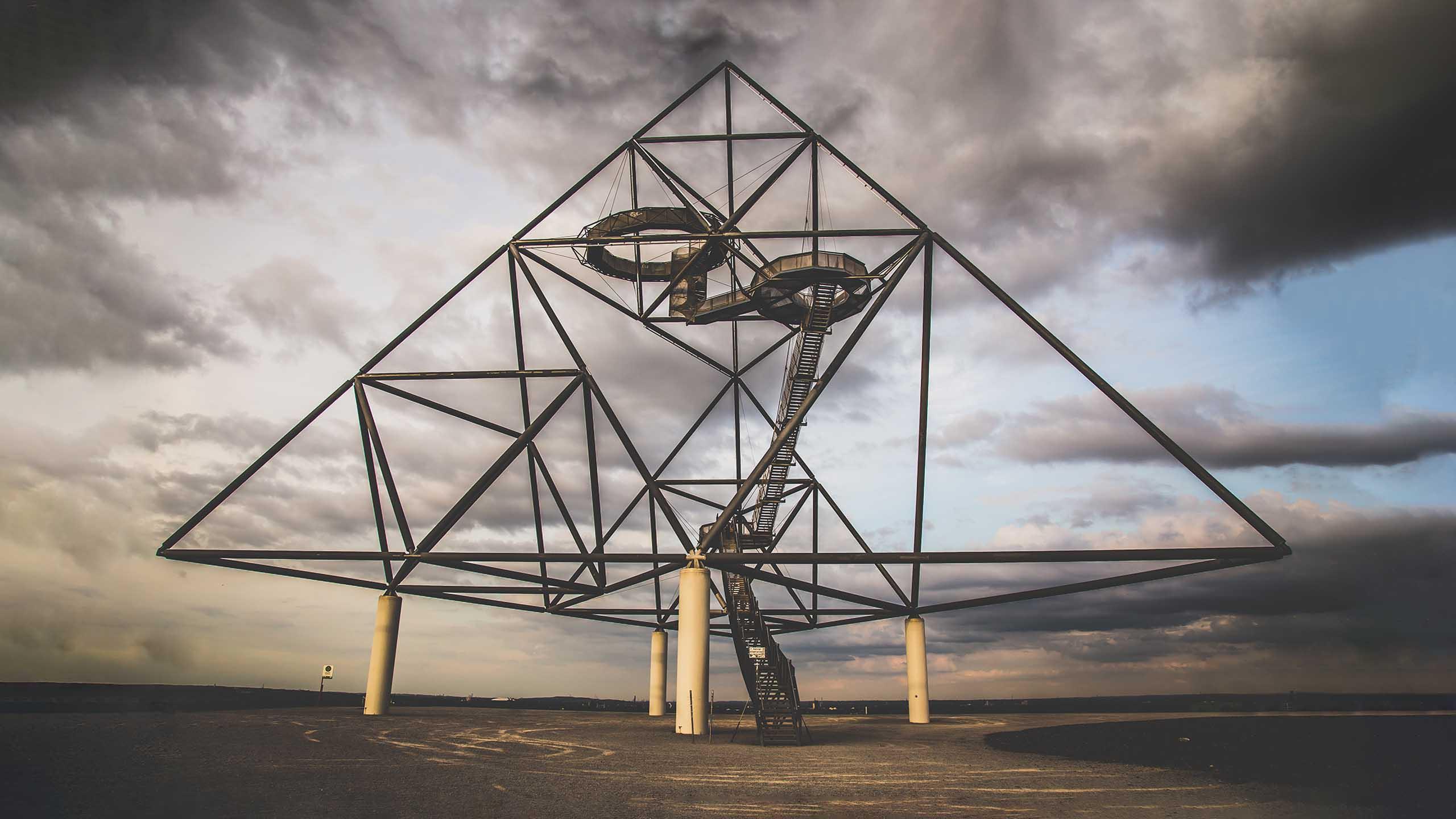 Foto vom Tetraeder in Bottrop mit düsteren Wolken.