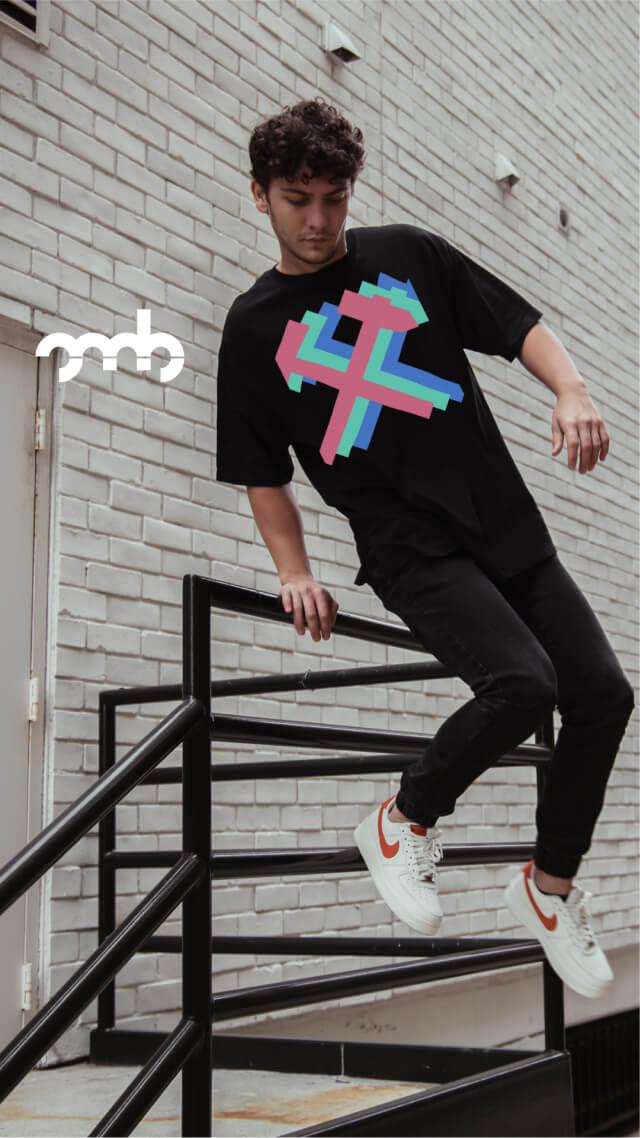 Mann mit mit einem Short von Oh, my Brand! mit Mottek Design springt über ein Geländer.